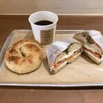 ケポベーグルズ - サーモンサンド エブリシング、粒あんクリームチーズ&コーヒー