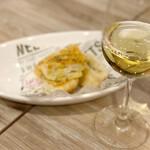 原価ビストロ チーズプラス - フォカッチャと白ワイン