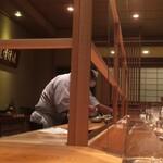 鮨 さかい - 白木のカウンターに溶け込む飛沫防止プレート