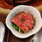 しゃぶ禅 - 前菜のローストビーフです。野菜と一緒に食べると、口の中に旨味が広がります。