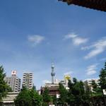 モンティー - 浅草寺からスカイツリーを臨む