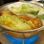 139715010 - 鍋にレタス・イン! しゃぶしゃぶしても良し、しばらくスープに浸しても良し!