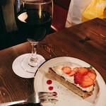 わかば堂 - いちごのタルト[550円]と本日のグラスワイン赤[600円]