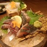 和食居酒屋 旬門 - 桶盛り 鰆・鯵・白イカ