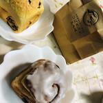 139732963 - 左:チョコチップメロンパン、右:ベーコンチーズ