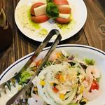 Sampachikicchin - カプレーゼとシュリンプカクテルサラダ