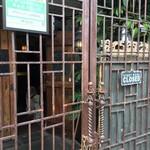 アジアンパーム - 開店前の店舗入口