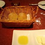ブラッスリー ル トレフル キャトル - パン(バター&オリーブオイル付き)