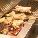 炭焼き すみれ - 地鶏鍋の炭焼盛り合わせの焼風景