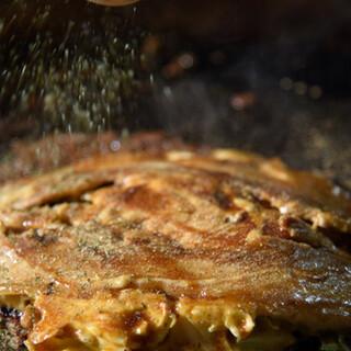 はみ出るほど大きな豚肉がドドーンと!豚玉は必食です♪