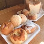 クリヤ - 料理写真:手前から チーズ、シナモン、アンパン、メロン、いなか、角食