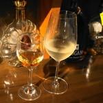 酒山田や スタンドパブNARU - 2012.7 ラフロイグ10Yストレート(250円)、ドイツワイン白(320円)