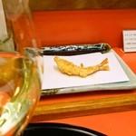 13983191 - てんぷらには、白ワインと決めている。