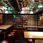 倫敦屋酒場 - 天井  壁・・ぎっしり ( ゜o゜)