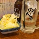 もつ焼のんき - 2012.7 お通しの塩ダレキャベツ、銘入りジョッキのホッピーセット(500円)