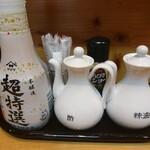 中国料理 青島飯店 - 卓上の調味料1