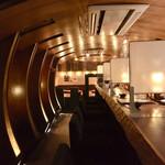 翠風 - 長〜いカウンターと左は半個室のテーブル。 奥深くにもテーブル席。