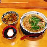 139876176 - 蔵出し醤油麺(味玉無し)800円とミニ肉めしセット(390円)税込。