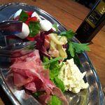 13989397 - 水牛モッツァレラチーズのカプレーゼと前菜三種盛り