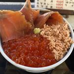 ウトロ漁協婦人部食堂 - 三種丼
