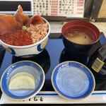 ウトロ漁協婦人部食堂 - 三種丼と味噌汁