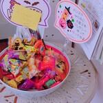 ピーコック - 店内のお菓子。 残り物には福があります。