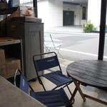氷工房 石ばし - 店内には小さなテーブルが2つ。