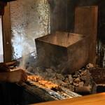 のんき - 2012.7 炭火の焼き台でもつを焼く3代目店主