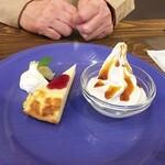 かふぇ ふたば - 奥様オーダーのランチに付いてくるチーズケーキとソフトクリーム。チーズケーキも美味そうです。