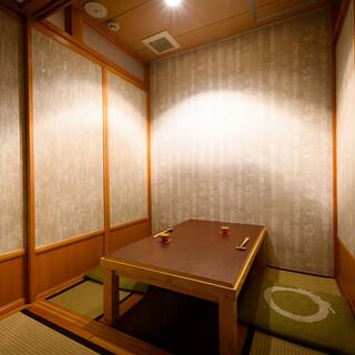 臨場感あるカウンター、落ち着きある個室…寛ぎの時間を過ごして