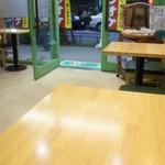 森乃園カラオケ茶屋 - 2人がけのテーブルが3つ。なぜか椅子が横向き。(苦笑)(2012/7)