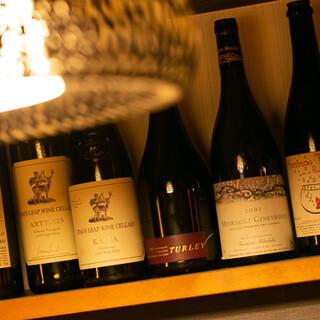 店内ワインセラーにて、多種多様なワインを常備