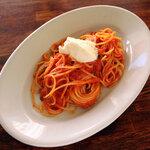 トラットリア ピッツェリア アミーチ - トマトとバジリコのスパゲッティ、フレッシュブラータチーズ添え