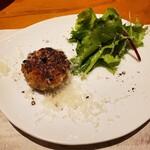 ONZA - メスの上股肉のタタキのハンバーグ、ナチュラルチーズかけ