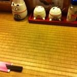 地鶏料理と洋食の店 まっくす - 畳風のカウンターテーブル