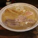 西中島 光龍益 - ラーメン(780円、斜め上から)