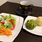 ティーハウス茶韻館 - 蒸しパンサラダプレート900円