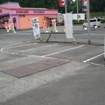 すし松 - 国道に面した駐車場