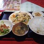 聚寶龍 - お好みランチ550円。豚肉と木耳玉子の炒めなど主菜は11種類から選べる