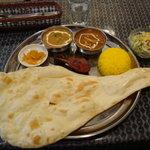 インド・ネパールレストラン&バー Sumunima(スムニマ) - デラックスランチセット(1,250円) カレー2種・タンドリーチキン・サラダ・アチャール・ナン・ごはんのセット