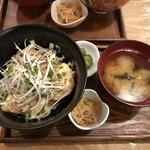 ビオ オジヤンカフェ - 炙りチャーシューとネギ丼(¥1200)