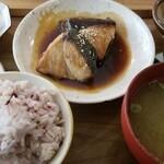 ニシクボ食堂 - 鰤煮定食1480円 4つも副菜?小鉢?がついて嬉しい♪ お味噌汁も塩辛くなくて良い♪健康的!