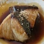 ニシクボ食堂 - 鰤煮近影 ボリュームがあって食べ応えあり! タレが甘辛くて好み。今度はタレがよく絡む柔らかな白身の煮魚があったら頼みたいな♪