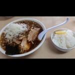 ぐうらーめん - チャーシュー麺大盛り(麺量300g位)、トッピングはタマネギ、ライス。 富山ブラック、仙川ブラック、竹岡ブラックのブラックエンペラー(笑)