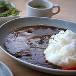 HAPPY HILL - ◆スタッフは「ビーフカレー(935円:税込)を。サラダとスープ付。 カレーは辛さも程よく、万人受けする味わいの欧風カレーだそう。