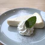HAPPY HILL - *レアチーズケーキは、昔パン屋さんで買ったような味わい。クリームチーズの味わいが好みではありませんでした。