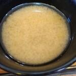 八里九里家 - 味噌汁、とろろ昆布のアップです