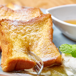 MERCERBRUNCHの食事パンは焼きたてフレンチトースト