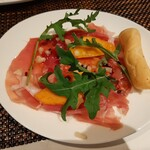 Risutorantehirooosaka - なめらかな舌触りで熟成された濃い旨味の生ハムに、ほろ苦いルッコラやフレッシュな柿の甘味が合う!