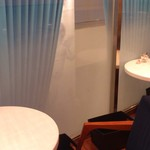 ル サロン カフェ フロ - 窓側の席、外の景色はほぼ見えません…が、一つ下の階の喫茶千疋屋さんの絶景が見渡せます!